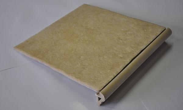 Stopniščni element z zaključkom (torelom)